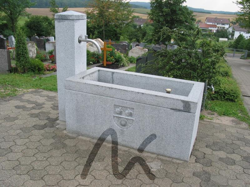 Granit_Brunnen_grau 1.JPG